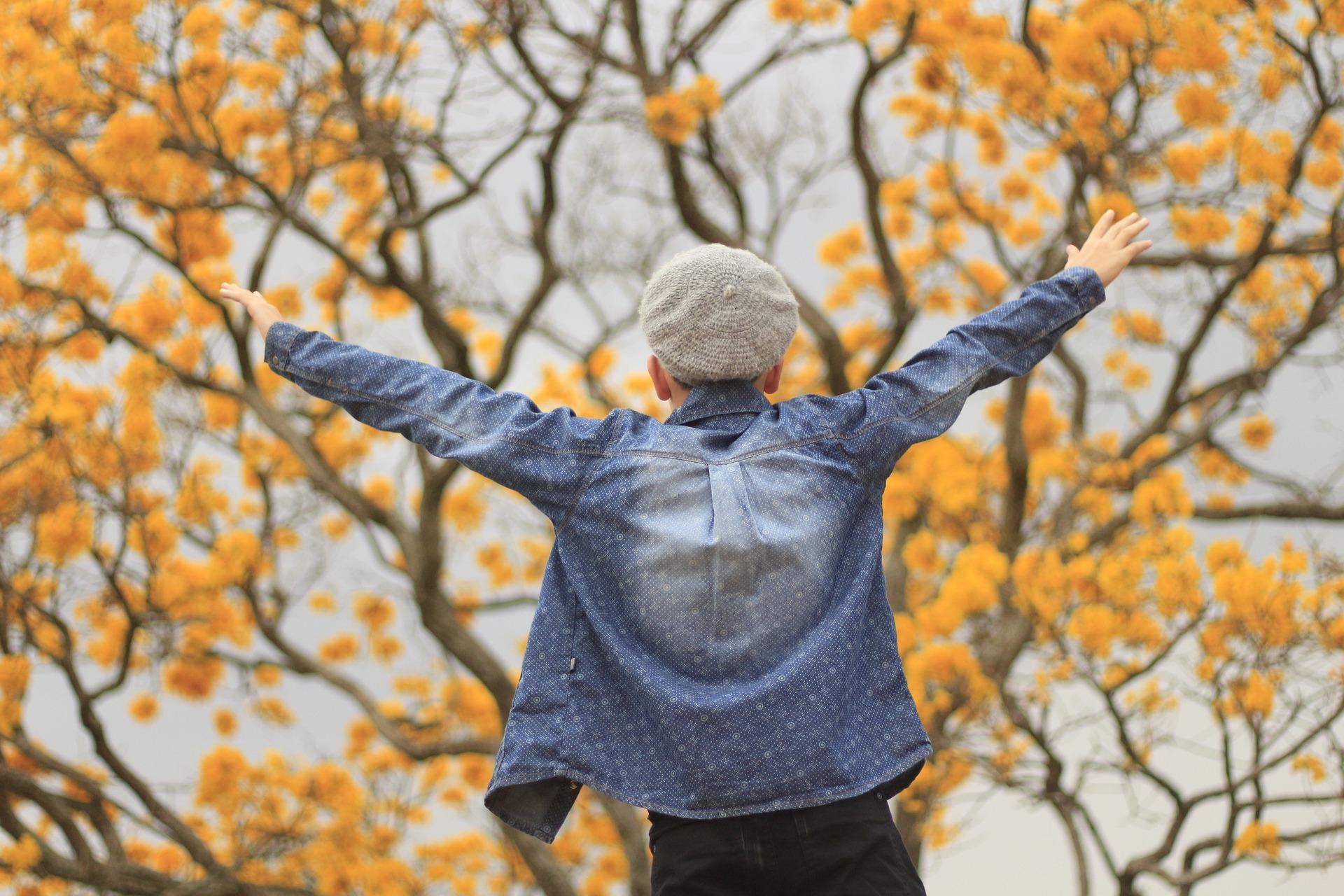 enfant heureux à l'automne