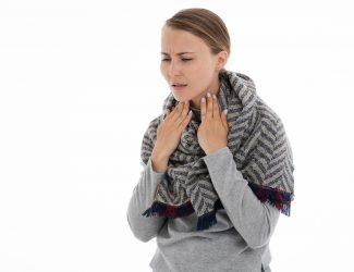 femme ayant mal à la gorge