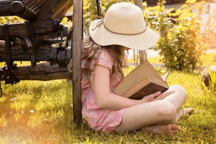 fillette avec un livre