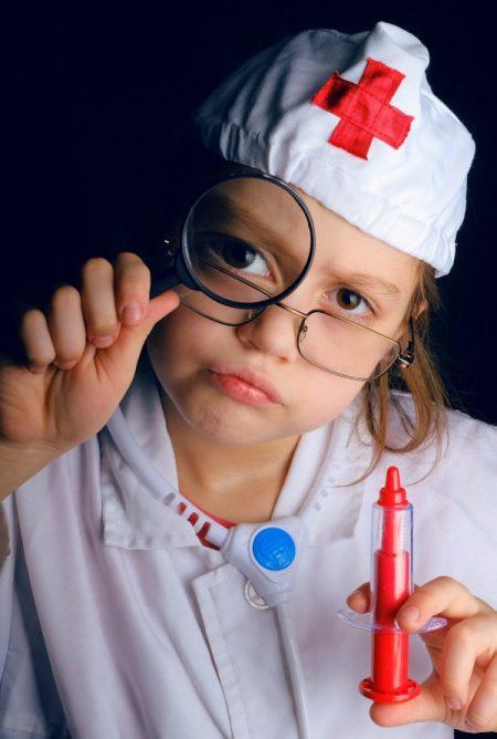 fillette déguisée en docteur