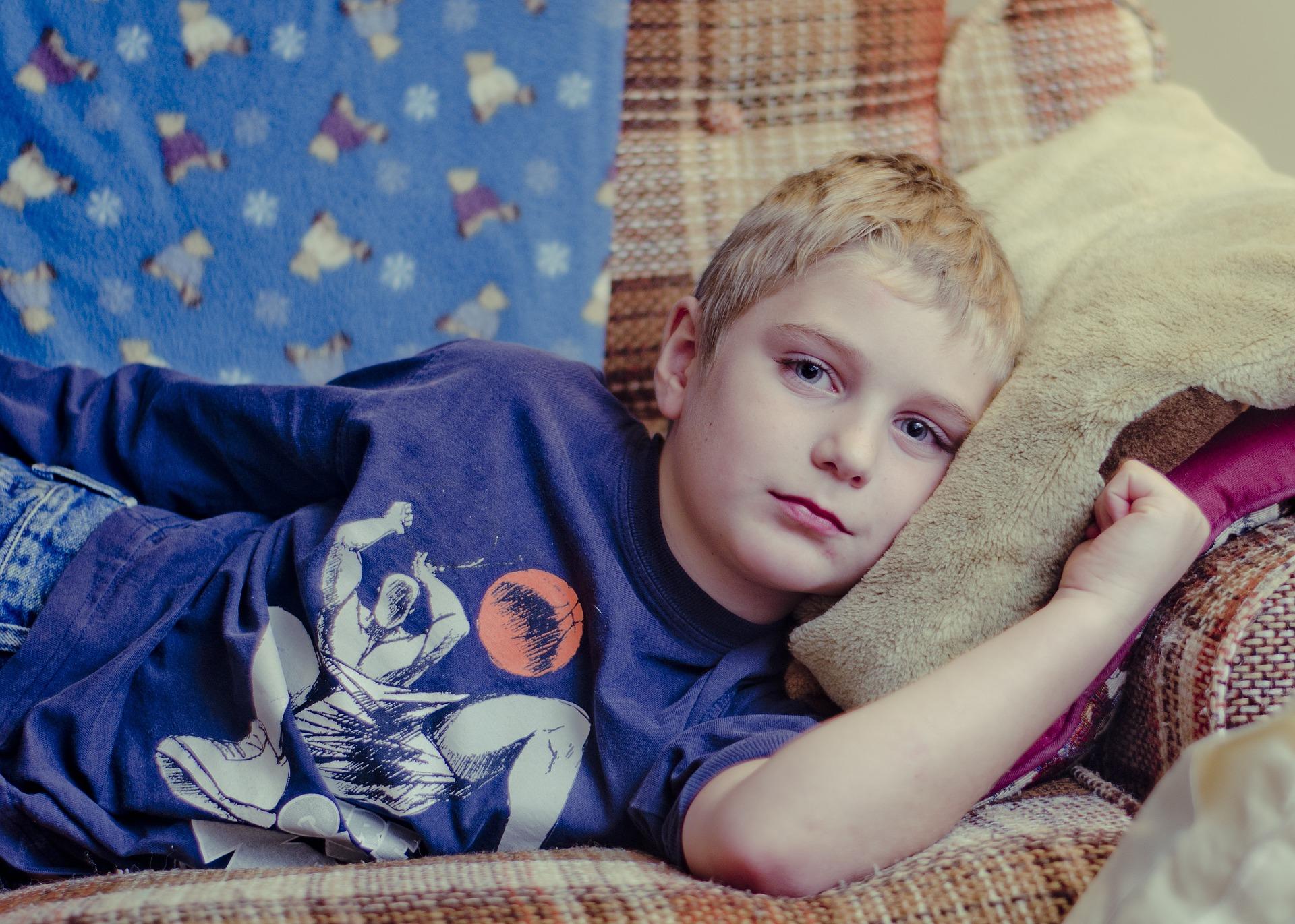 garçon sur canapé