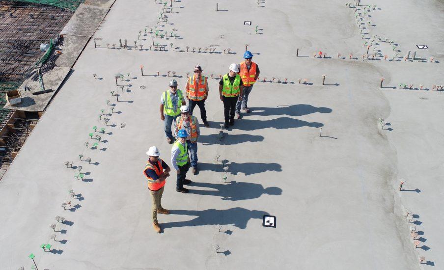 hommes avec casques sur un chantier