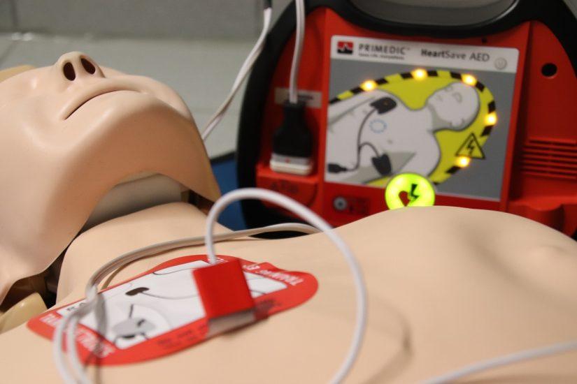 mannequin avec un défibrillateur